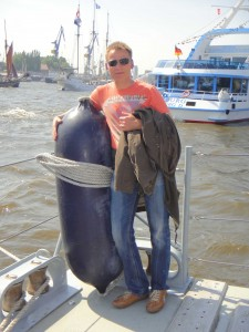 Rolf fällt der Abschied von seinem neuen Freund an Bord der Hameln sichtlich schwer.