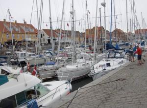 Ein normal gefüllter Hafen im Sommer.