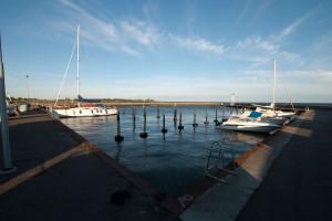 Ein leerer Hafen im Sommer.